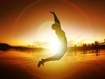 Skokowego kobiety sylwetki wolności zmierzchu Energetyczny życie Uwalnia Zdjęcie Royalty Free