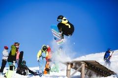 Skokowy snowboarder na niebieskiego nieba tle Fotografia Royalty Free