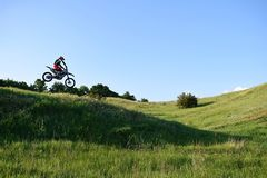 Skoku motocyklista na biegowym śladzie fotografia stock