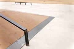 Skoku pudełko z poręczem w pustym łyżwa parku Fotografia Royalty Free