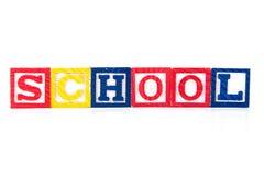 Skola - alfabetet behandla som ett barn kvarter på vit Arkivbilder