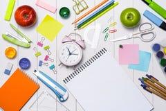 Skola brevpapper- eller kontorstillförsel på wood bakgrund Royaltyfri Foto