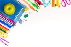 Skola- eller kontorsbrevpapper med Apple på den vita tabellen royaltyfria bilder