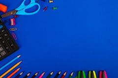 Skola- eller kontorsbrevpapper på blå bakgrund tillbaka skola till Ram kopieringsutrymme Top beskådar tillförsel Royaltyfria Foton