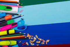 Skola- eller kontorsbrevpapper på färgrik bakgrund tillbaka skola till Ram kopieringsutrymme Top beskådar tillförsel Royaltyfri Fotografi