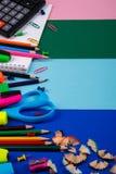 Skola- eller kontorsbrevpapper på färgrik bakgrund tillbaka skola till Ram kopieringsutrymme Top beskådar tillförsel Arkivfoton