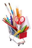 Skola- eller kontorstillförsel, teckningshjälpmedel i en shoppingvagn Royaltyfri Foto