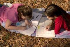 skola för 2 flickor Fotografering för Bildbyråer