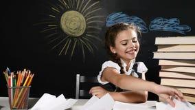 skola för copyspace för begrepp för svarta böcker för bakgrund Den attraktiva flickan sitter med pappersnivån i hand Skrivbord oc stock video