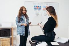 Skola för engelskt språk Kurs-, lärare- och studentsamtal royaltyfri foto