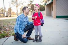 Skola för fader och för dotter förutom Royaltyfri Bild