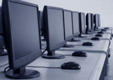 skola för rad för datorer för klassrumdator Arkivfoto