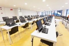 skola för rad för datorer för klassrumdator Arkivfoton