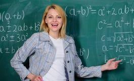 skola Hem- skolgång lycklig kvinna tillbaka skola till Läraredag Kvinna i klassrum lärare på kurs på svart tavla fotografering för bildbyråer