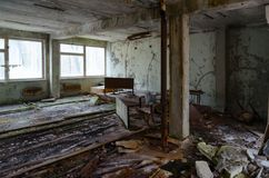 Skola i död övergiven spökstad av Pripyat i zon för Tjernobyl NPP-uteslutande 32 år utan folk, Ukraina arkivfoto