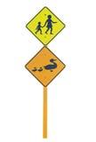 Skola och änder som varnar trafiktecken Arkivfoto
