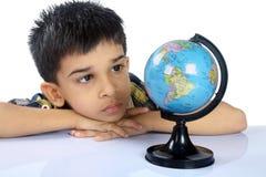 Skola pojken med jordklotet Royaltyfri Foto