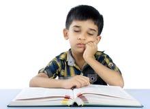 Skola pojken som sovar på, bokar Arkivfoto