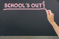 Skola` s ut för sommar på svart tavla fotografering för bildbyråer