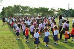 Skola studenter i den Ayuthaya regionen, Thailand framme av deras skola arkivfoton