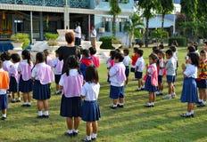 Skola studenter i den Ayuthaya regionen, Thailand framme av deras skola royaltyfria foton