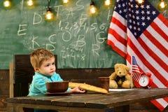 Skola ungen på kursen i 4th juli skolakurs av det engelska språket i amerikansk skola royaltyfria foton