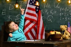 Skola ungen på kursen i 4th juli skolatid av det lilla barnet med amerikanska flaggan på självständighetsdagen av USA Royaltyfri Foto