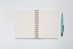 Skolaanteckningsbok med den stilfulla gröna pennan Royaltyfri Foto