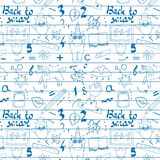 Skolabakgrund med hand drog skolatillförsel, tillbaka till skolabokstäver i stil för popkonst på svart tavla Dra tillbaka till Royaltyfri Fotografi