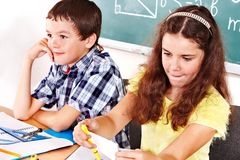 Skolabarn flicka och pojke. Fotografering för Bildbyråer