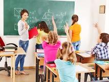 Skolabarn med lärare. Royaltyfri Fotografi