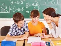 Skolabarn med lärare. Arkivbilder