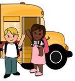 Skolabarn och buss Arkivfoto