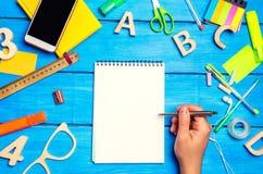 Skolabegrepp, tillbehör skolpojkepunkterna till en notepad nya idéer, läxalösning tillbaka skola till placera text kopia Royaltyfri Bild
