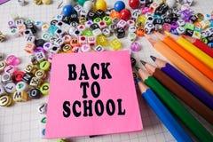 Skolabrevpapper som inramar för skola och kontor Education/BACK arkivfoto
