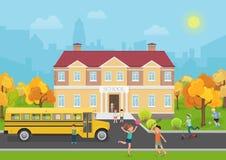 Skolabyggnad med barn i gård och gul bussframdel Skola- och utbildningsvektorillustration Arkivbilder