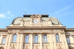 Skolabyggnad med klockor Arkivbilder