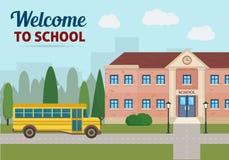 Skolabyggnad och skolagulingbuss Royaltyfri Fotografi
