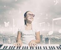 Skolaflicka med pianot Arkivfoton