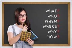 Skolaflicka som tänker 5W1H Arkivbild