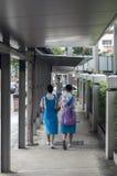 Skolaflickor på gatan Royaltyfria Foton