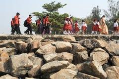 Skolagrupp i likformig som går i rad på fortet Cochin Fotografering för Bildbyråer