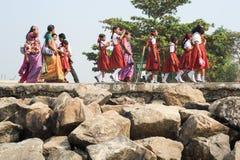 Skolagrupp i likformig som går i rad på fortet Cochin Royaltyfri Foto
