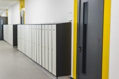 Skolainre, korridor med dörrar och skåp royaltyfria bilder