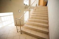 Skolakorridor med trappa Arkivbilder