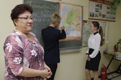 Skolaläraren undervisar barn av grundskola för barn mellan 5 och 11 år royaltyfria foton