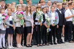 Skolalinjen är i schoolyard med elever Royaltyfri Fotografi