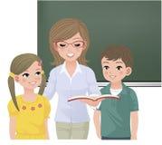 Skolalärare som aloud läser för elever Arkivbild