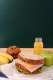 Skolamatsäcksmörgås, äpple, drink med svart tavla, kopieringsutrymme, lodlinje Arkivbilder