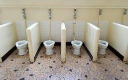 Skolan delade toaletter Arkivfoto